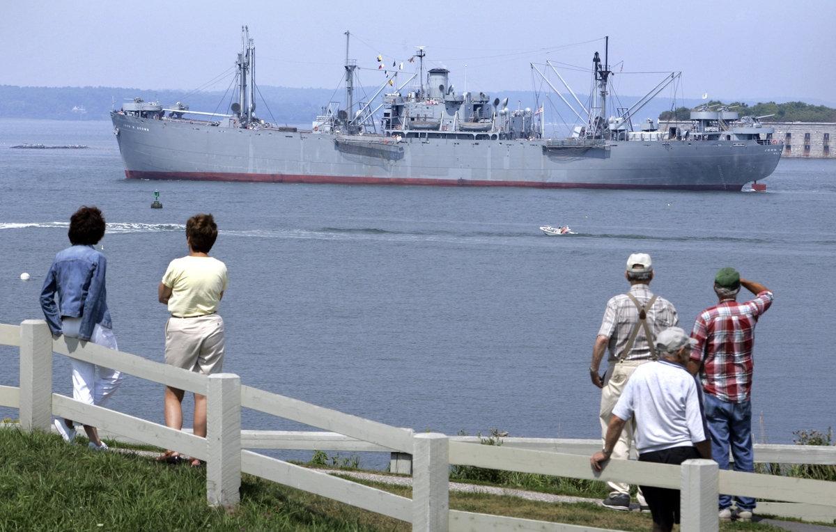 Liberty Ship  John W. Brown chegando no porto de Portland, em 2007.