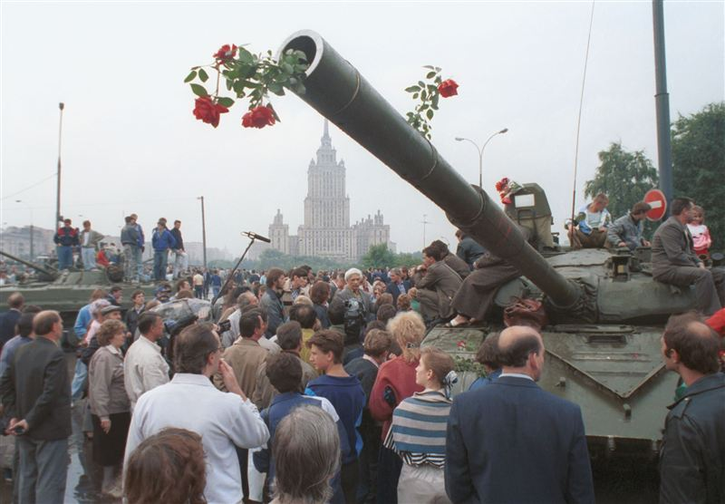 1991_Soviet-coup-attempt_street-protests-2.jpg